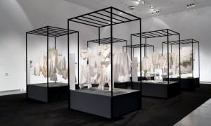 """Detall de l'exposició """"El fil invisible: dones que cusen"""" Fotografia: Kiko Solsona"""