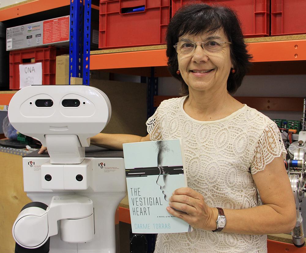 Carme Torras i un robot amb intel·ligència artificial